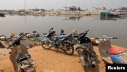 中國和緬甸撣邦一個非正式邊界口岸附近的電單車。