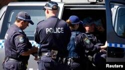 Polisi Australia dalam operasi penggerebekan di distrik Guilford, pinggiran Sydney (18/9).
