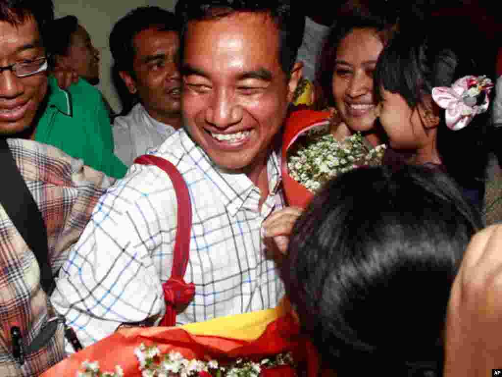 在2007年袈裟革命中被捕的记者Zaw Thet Htway获释后得到同仁的欢迎。(AP)