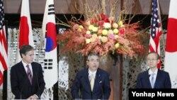 토니 블링큰 미국 국무부 부장관(왼쪽부터), 스기야마 신스케 일본 외무성 사무차관, 임성남 한국 외교부 제1차관이 27일 일본 도쿄에서 미한일 외교차관협의에 이어 공동기자회견에 참석했다.