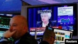 지난 15일 재닛 옐런 미 연준 의장이 기준금리 동결을 발표한 가운데, 뉴욕 증권가 직원들이 TV 뉴스를 시청하고 있다.