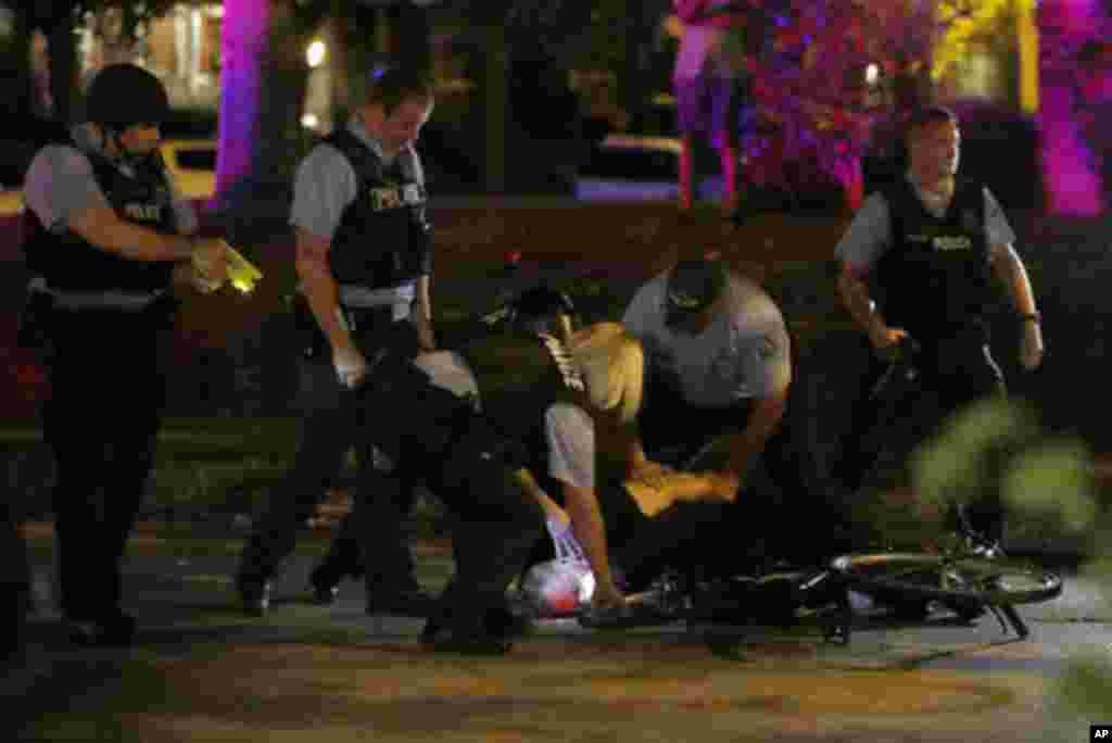Des policiers menottent un manifestant qui participait aux manifestations à St Louis, le 15 septembre 2017.