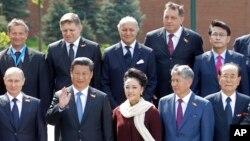 러시아 모스크바에서 열린 제2차 세계대전 전승절 행사에서 남북한 대표로 참석한 북한의 김영남 최고인민회의 상임위원장(아랫줄 오른쪽 끝)과 한국의 윤상현 대통령 특사(윗줄 오른쪽 끝)가 각 국 정상, 대표들의 기념사진 촬영을 위해 앞뒤로 나란히 서있다.