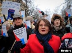 រូបឯកសារ៖ សមាជិក្រុមប្រឹក្សាក្រុង Moscow អ្នកស្រី Yulia Galyamina កាន់សៀវភៅរដ្ឋធម្មនុញ្ញរុស្ស៊ី ក្នុងអំឡុងពេលធ្វើបាតុកម្មប្រឆាំងនឹងការធ្វើវិសោធនកម្មរដ្ឋធម្មនុញ្ញដែលអនុញ្ញាតឲ្យលោក Putin កាន់តំណែងរហូតដល់ឆ្នាំ ២០៣៦ នៅទីក្រុង Moscow រុស្ស៊ី កាលពីថ្ងៃទី១៩ ខែមករា ឆ្នាំ២០២០។