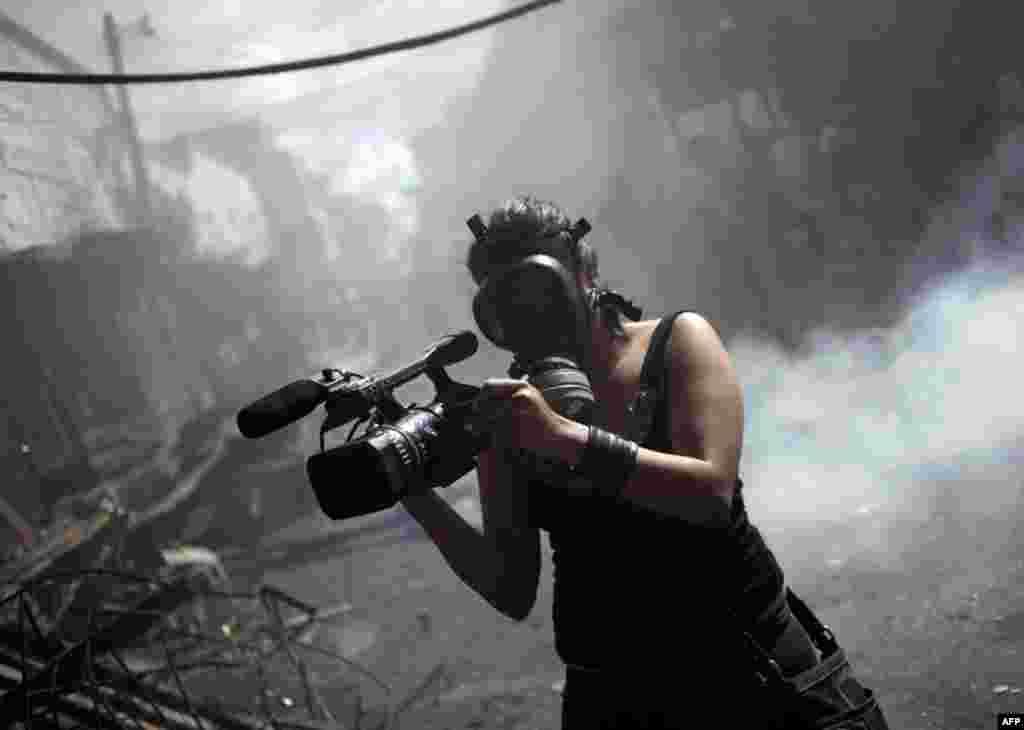 Журналістка Гондурасу під час зйомок пожежі. 18.02.2012.(Reuters)