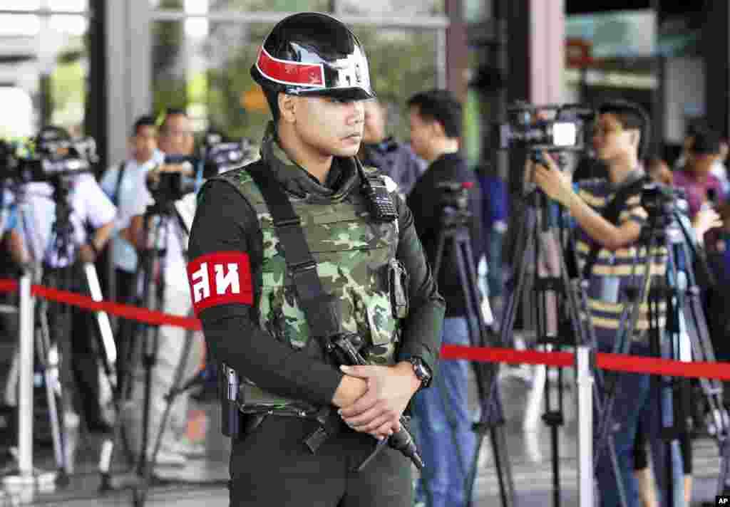 Quân cảnh Thái Lan canh gác tại lối vào phòng họp của Câu lạc bộ Quân đội tại Bangkok, ngày 20/5/2014.
