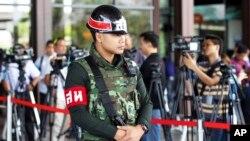 Binh sĩ mang vũ khí được điều động đến các ngã tư và đã bao vây trụ sở cảnh sát quốc gia Bangkok.