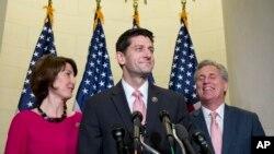 来自威斯康辛州的众议员保罗·瑞安(中),在来自华盛顿州众议员罗杰斯(左),以及来自加州的众议院多数党领袖凯文·麦卡锡(右)的陪同下,10月28日国会山举行记者会。