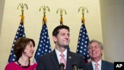 美国国会众议院共和党人保罗·瑞安(中)2015年10月28日在国会山一次记者会上。