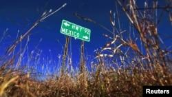 Bảng chỉ đường ngay phía ngoài thị trấn Naco, tiểu bang Arizona