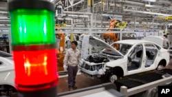 Công nhân lắp ráp xe hơi tại nhà máy sản xuất ô tô Trung Quốc BAIC Motor ở Bắc Kinh.