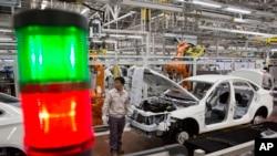 北京汽车股份有限公司一家组装厂的工人(资料照)