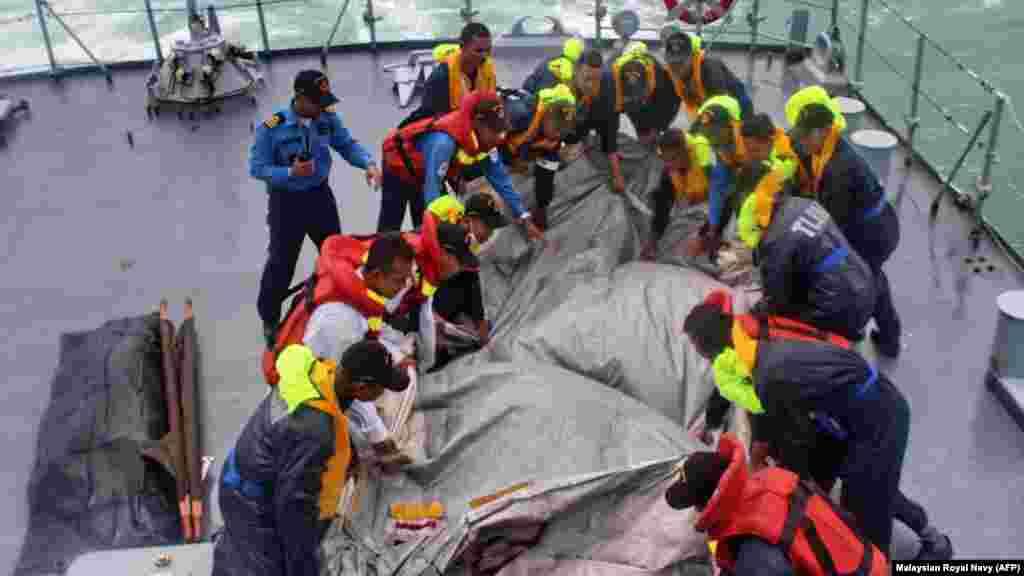 Terceiro dia de operações de busca por vítimas do AirAsia Flight 8501, no Mar de Java. O avião da Air Asia caiu a 28 de Dezembro. Indonésia Dez. 31, 2014.