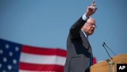 Senator Sanders Kentukida uni qo'llab-quvvatlagan saylovchilarga rahmat aytib, shtatdagi qonun-qoidalarni tanqidga oldi.