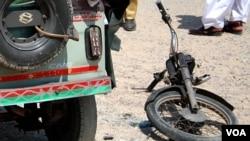 تباہ ہونے والی موٹر سائیکل کا اگلا حصہ