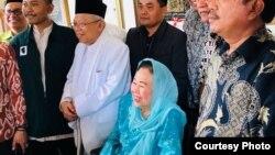 Cawapres KH Ma'ruf Amin (baju putih) ketika bersilaturahmi dengan keluarga Gus Dur di kediaman Sinta Nuriyah (Courtesy: istimewa).