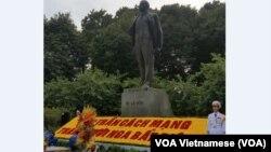 Tượng Lenin ở Hà Nội được trang hoàng nhân dịp Việt Nam kỷ niệm 100 năm cách mạng tháng 10 Nga