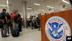 Para penumpang pesawat terbang melewati pintu pemeriksaan Badan Keamanan Transportasi Amerika (TSA) di bandara Atlanta, Georgia (foto: dok).
