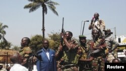 Presiden Republik Afrika Tengah Francois Bozize, berbicara pada pendukung anti pemberontak di ibukota Bangui (27/12). (Reuters)
