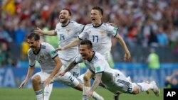 سپین کو شکست دینے کے بعد روسی کھلاڑی خوشی کا اظہار کر رہے ہیں۔