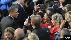 Сторонники приветствуют президента Обаму в аэропорту в Чикаго