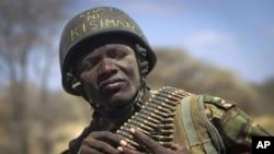 """ທະຫານເຄນຢາ ທີ່ໃສ່ໝວກເຫຼັກ ທີ່ມີການຂຽນຄຳເວົ້າ ເປັນພາສາກິສວາຮີລີວ່າ """"ໄປກິນນໍ້າຊາທີ່ເມືອງ Kismayo ຊຶ່ງໝາຍເຖິງເມືອງທ່າຍຸດທະສາດຂອງໂຊມາເລຍ"""
