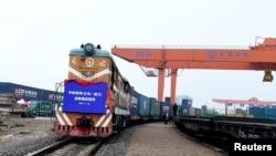 中國浙江省義烏火車站一列開往波蘭的貨運火車駛離車站。 (資料圖片)
