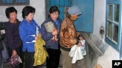 식량을 배급받는 북한 주민들. (자료사진)