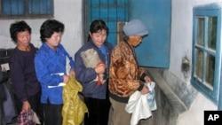 유엔 산하 세계식량계획 WFP가 지원한 식량을 배급받는 북한 주민들. (자료사진)