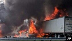 Las llamas envuelven a los vehículos después de un fuerte incendio en la Interestatal 75, el jueves 3 de enero de 2019, aproximadamente a una milla al sur de Alachua, cerca de Gainesville, Florida.