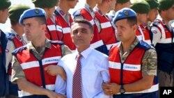 Des membres de l'armée turque escortent un homme accusé d'avoir essayer d'assassiner le président Recep Tayyip Erdogan à Mugla, le 4 octobre 2017