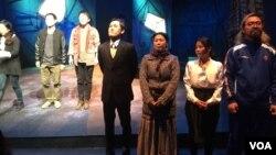 서울 대학로 아르코예술극장에서 열리고 있는 연극 '토일릿 피플' 커튼콜 장면.