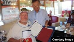 미국 캘리포니아주 랭캐스터 시 '크레이지 오토스' 식당에서 이 식당 사장의 형인 허영 씨(오른쪽)가 6.25 참전 노장에게 한국 총영사관이 수여하는 '평화의 사도 메달'을 전달하고 있다.