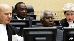 Naibu waziri mkuu wa Kenya Uhuru Kenyata (back row l) na mkuu wa idara ya umaa Francis Muthaura, (front row r) katika kikao cha ICC huko The Hague.