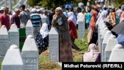 """U srpskom nacionalnom korpusu jača uverenje da je genocid u Srebrenici, zapravo, """"izmišljotina kako bi se opravdali napadi NATO-a na srpske snage"""" (Srebrenica, Potočari, 11. jul 2017)"""