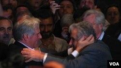 """El presidente Tabaré Vázquez vino a saludar a José """"Pepe"""" Mujica al hotel NH Columbia."""