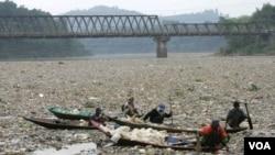Sampah termasuk sampah plastik nampak mengotori Sungai Citarum, Jawa Barat. Sungai ini masuk dalam daftar 10 tempat paling tercemar di dunia tahun 2013 (Foto: Dok)