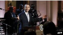 Predsednik Barak Obama pozdravlja goste bluz koncerta u Beloj kući, održanog u čast meseca afro-američke istorije.