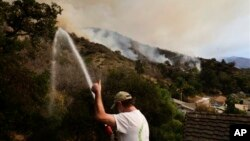 El fuego se desató a unos 60 kilómetros al este del área metropolitana