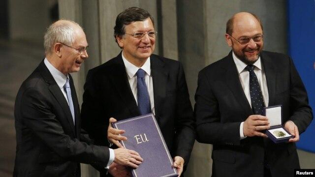 Herman Van Rompuy, José Manuel Barroso y Martin Schulz aceptan el premio Nóbel de la Paz en nombre de la Unión Europea.