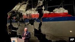 លោក Tjibbe Joustra ប្រធានក្រុមប្រឹក្សាសុវត្ថភាពហូឡង់បង្ហាញពីរបាយការណ៍ចុងក្រោយដែលក្រុមប្រឹក្សារបស់លោកបានរកឃើញអំពីមូលហេតុនៃការធ្លាក់យន្តហោះម៉ាឡេស៊ី MH17 នៅក្នុងសន្និសីទព័ត៌មានមួយនៅ Gilze-Rijen ប្រទេសហូឡង់កាលពីថ្ងៃទី១៣ ខែតុលា ឆ្នាំ២០១៥។