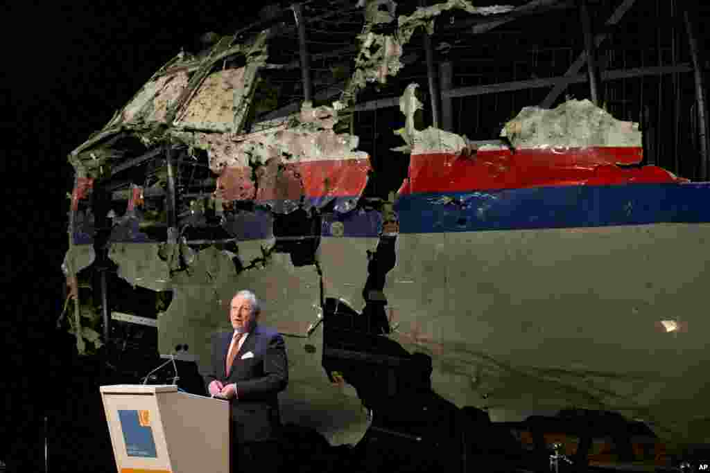 With the reconstructed cockpit displayed behind, Tjibbe Joustra, head of the Dutch Safety Board presents the board's final report into what caused Malaysia Airlines Flight 17 to break up over eastern Ukraine last year in Gilze-Rijen, Netherlands, October 13, 2015.