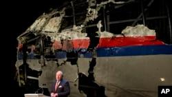 Tjibe Justra, šef Holandskog odbora za bezbednost, predstavlja konačni izveštaj komisije o uzroku pada aviona Malezija Erlajnz na letu 17.