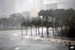 Talasi se razbijaju o zaštitni zid u zalivu Biscejn tokom uragana Irma, 10. septembra 2017, u Majamiju