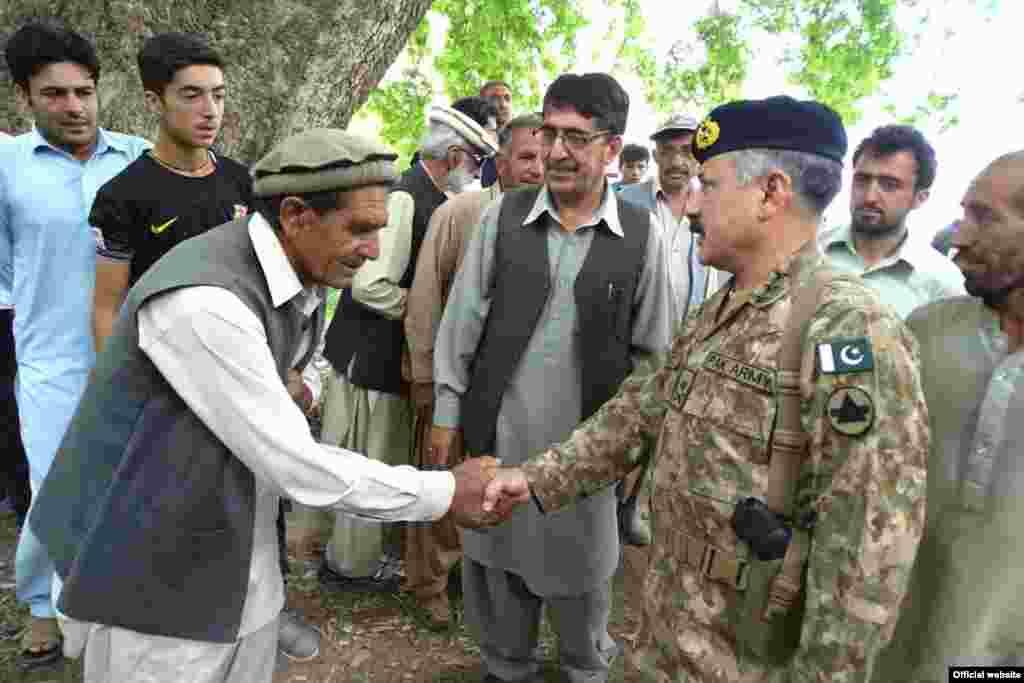 پاکستانی فوج کی جانب سے ہیلی کاپٹروں کے ذریعے سیلاب سے متاثرہ علاقوں تک کھانے پینے کی اشیا اور دیگر سامان پہنچا جا رہا ہے ۔