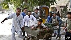 Gradjani voze ranjenika u bolnicu posle napada ispred sudnice u Kabulu, 11. juni, 2013.