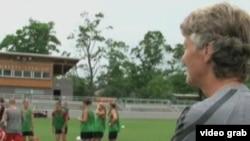 美国女足教练与球员练习(VOA视频截图)