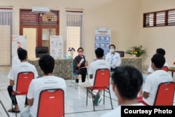 Menlu Retno Marsudi bertemu 14 ABK yang bekerja di kapal Long Xin 629 berbendera China di Jakarta, Minggu (10/5). (Courtesy: Kemlu RI)