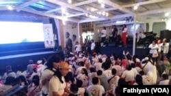 Suasana nobar debat pertama capres-cawapres RI di Rumah Aspirasi, salah satu markas pendukung Joko Widodo-Ma'ruf Amin yang disiarkan langsung dari Bidakara, Jakarta, Kamis malam (17/1). (Foto: VOA/Fathiyah)