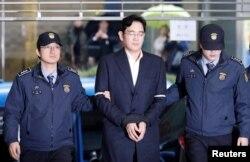 뇌물공여 등 혐의로 구속된 이재용 삼성전자 부회장이 지난 22일 조사를 받기 위해 서울 강남구 대치동 특검으로 들어서고 있다.